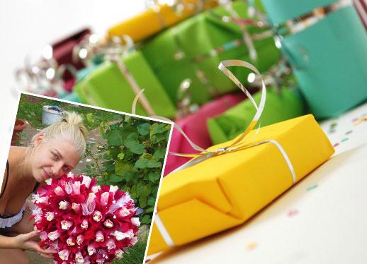 Подарки и девушка с цветами