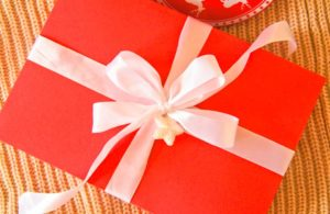 Упаковка подарка с белыми лентами
