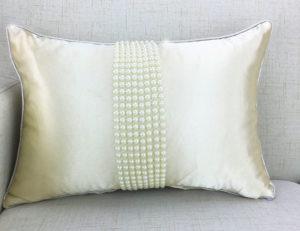 Подушки для супруговЧтобы не отходить от темы жемчужной свадьбы, можно подобрать ткань с жемчужно-перламутровым оттенком.