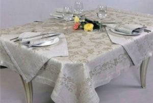 Полотняная скатерть на столе - символ годовщины свадьбы 35 лет