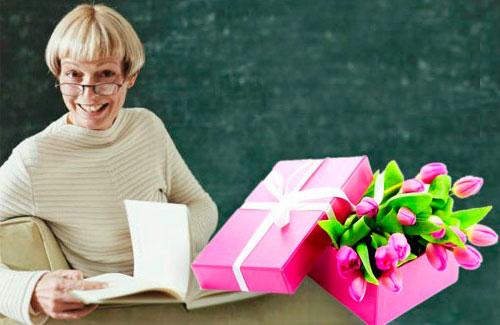 prepodavatel_s_podarkom Какой необычный и оригинальный подарок можно подарить мужчине учителю и учительнице на День Рождения от ученика и от класса? Подарок учителю на День Рождения своими руками