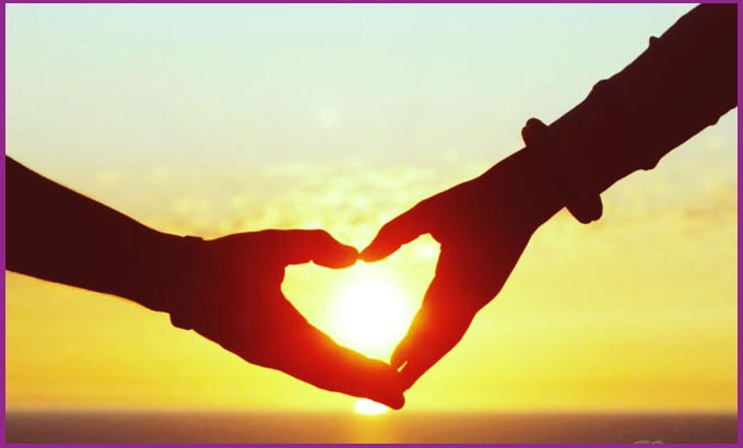 Руки влюбленных и закат