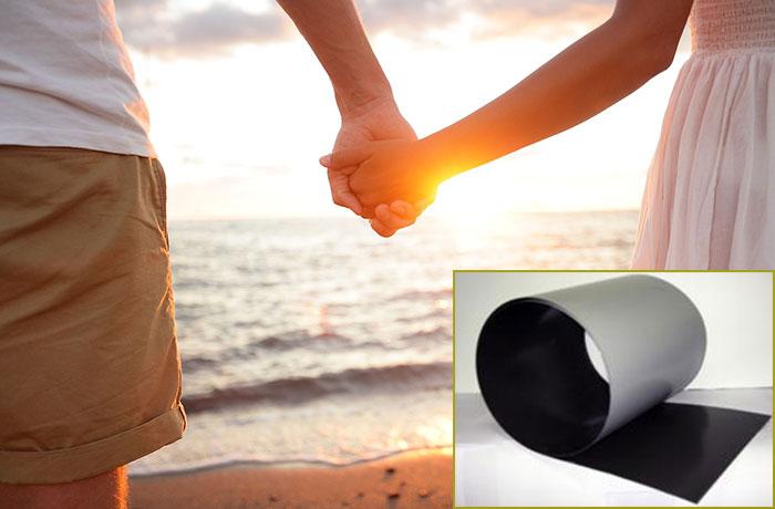 Пара держится за рукии жестяной лист