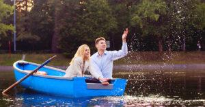 Романтическая прогулка на двоих на лодке