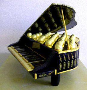 модель рояля из шоколадных конфет
