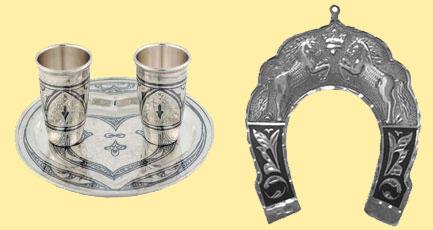 Серебрянные подкова и чашки на подносе
