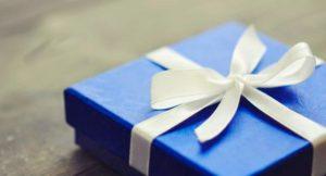Упаковка для подарка синего цвета