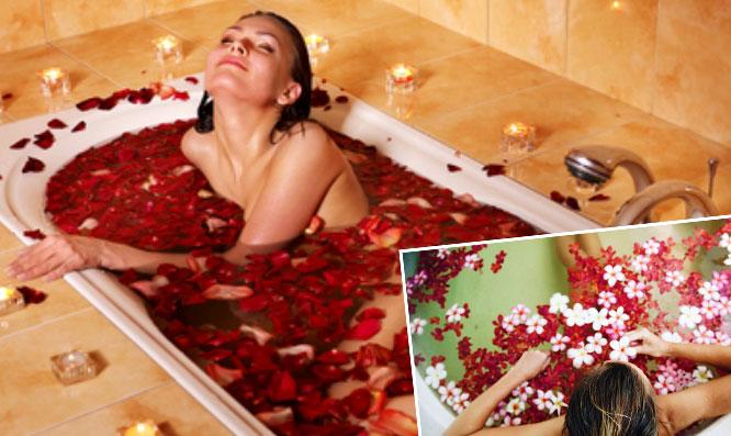 Принимать ванну с лепестками роз