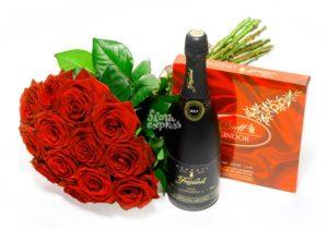 Цветы, шампанское, конфеты в подарок при выписке с родильного отделения