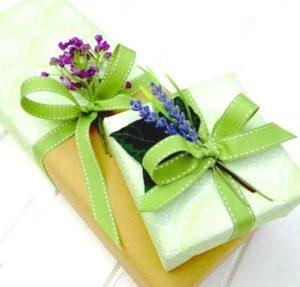 Упаковка подарка женщине