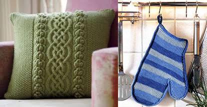 Подушка и ухватка-варежка вязаные спицами