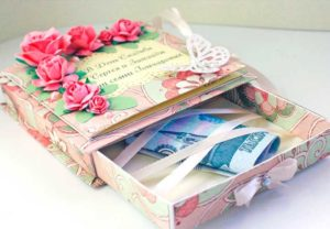 Деньги в подарочной коробке, сделанной своими руками