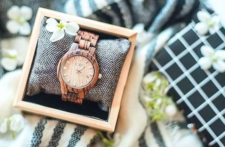Часы в подарочной коробке под дерево