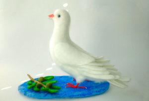 Фигурка голубя на Пасху