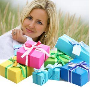 35-летняя женщина с подарками