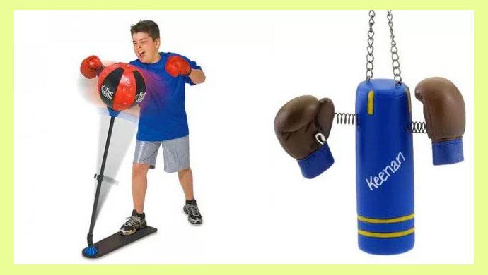 Боксерские груша перчатки и мальчик