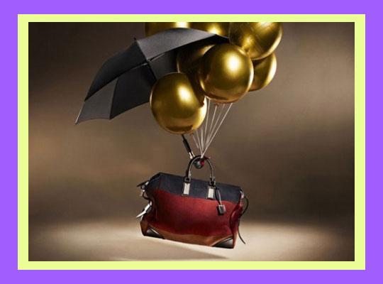 Чемодан с зонтом летит на шариках