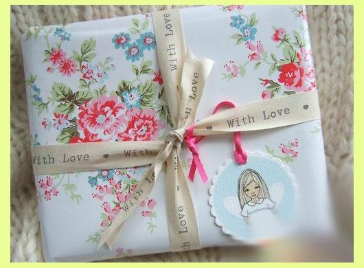 Подарок упакован тканью
