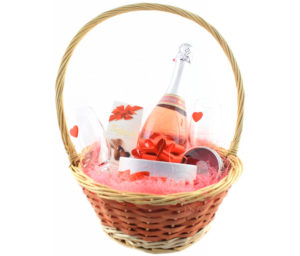Корзина, наполненная цветами, сладостями и вином