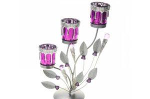 Красивый подсвечник в подарокЖенщинам в любом возрасте понравится такой подарок, как ароматические свечи и подсвечник к ним.