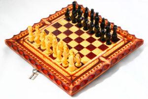 Резные фигурные шахматы из дерева