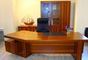Прочный стол в кабинет