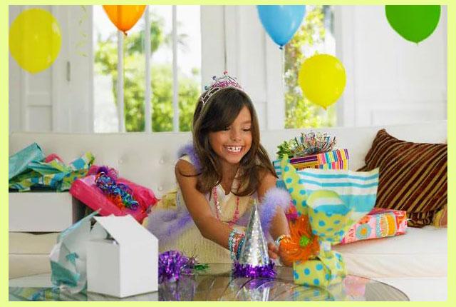 Девочка с подарками и украшениями