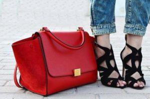 Красного цвета кожаная сумка