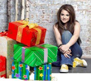 Красочные коробки рядом с девушкой