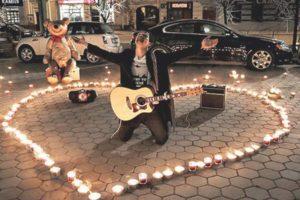 Парень с гитарой под окном