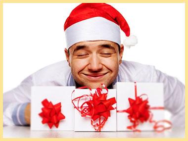 Мужчина в новогодней шапочке с подарками