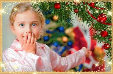 Девочка удивлена дед морозу и подаркам
