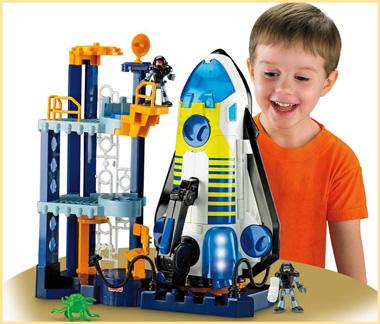Мальчик радуется ракете и конструктору