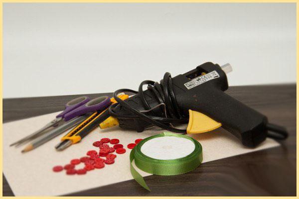 Материалы для хенд мейд клей пистолет, лента, бумага, карандаш и ножницы