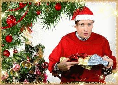Новогодний интерьер и мужчина с подарком