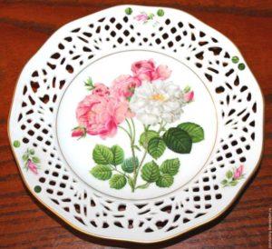 Роза шиповника на тарелке