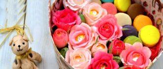 Розы и сладости в круглой коробке