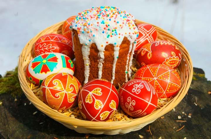Крашеные яйца и куличи в подарок на Пасху