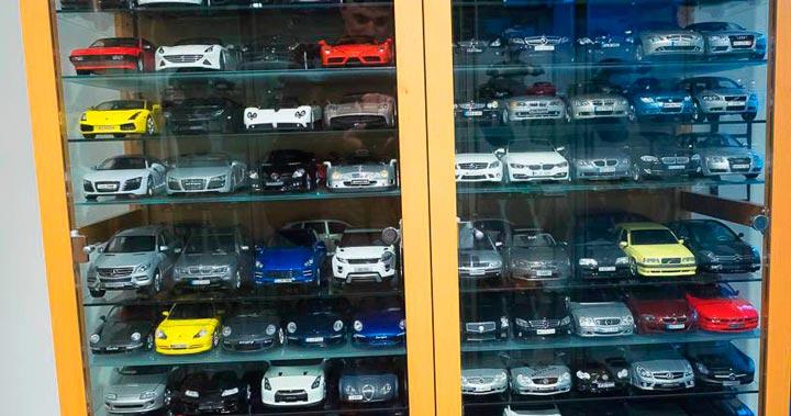 Модель новенького автомобиля в коллекцию