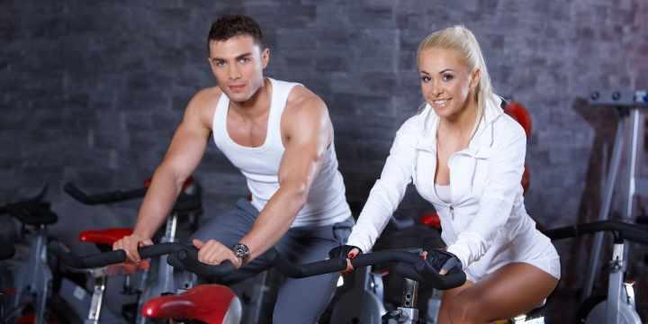 Девушка и парень на велотренажерах