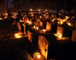 На кладбище горят огоньки