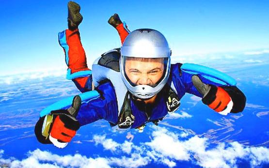 Прыжок мужчины с парашютом