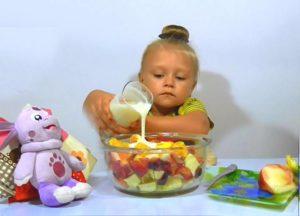 Девочка и фруктовый салат