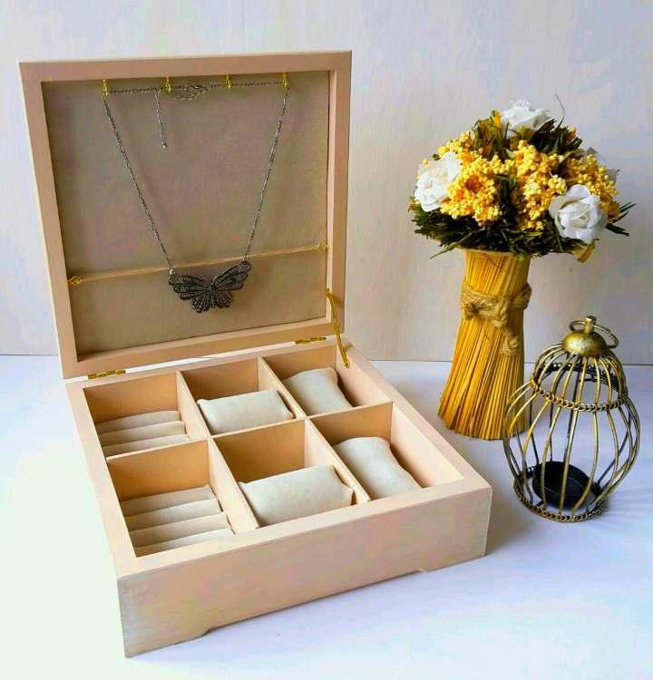 Букет цветов и шкатулка для ценностей