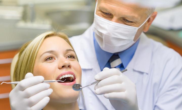 Стоматолог на работе
