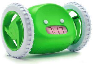 Зеленый будильник на колесах