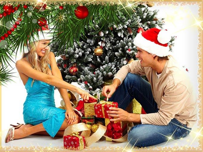 Девушка и парень с подарками под новогодней елкой