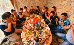 За столом мусульмане мужчине