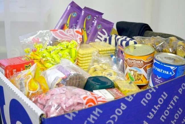 Продукты заключенному упаковывают продукты в прозрачную упаковку