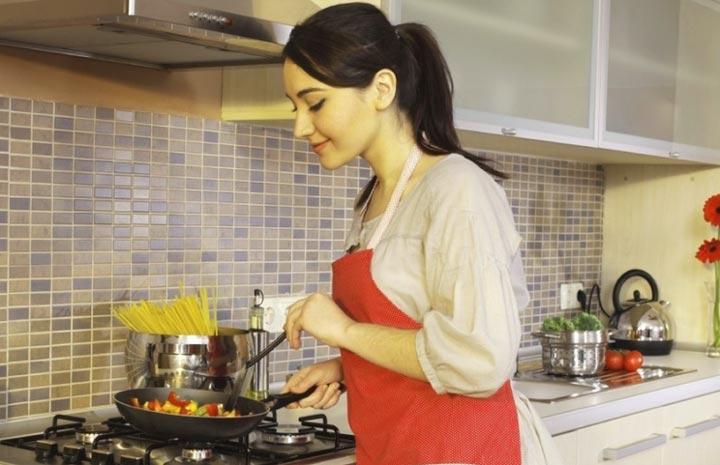 Жена на кухне